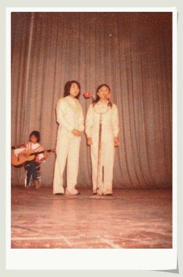 前面两个姐姐在唱《大海啊故乡》
